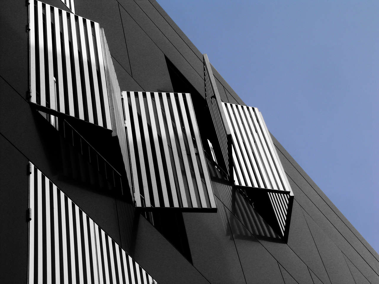 Edificio de viviendas en Sabadell obra nueva ventanas 2